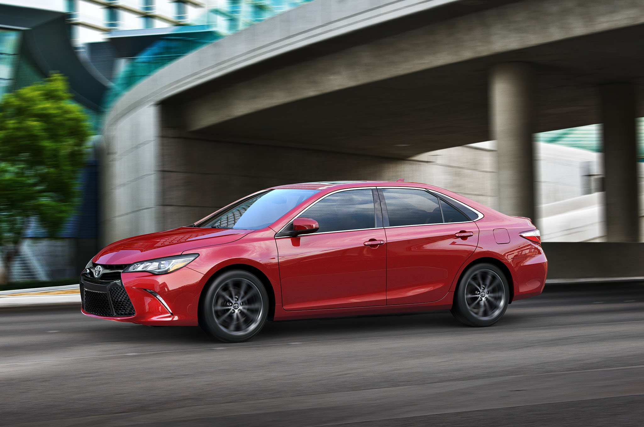 2015-toyota-camry-profile-in-motion-02