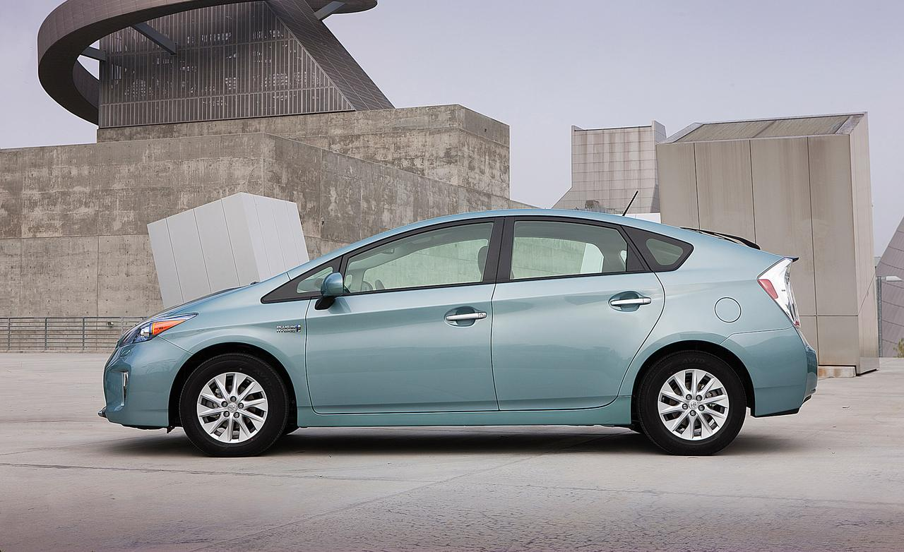 31381_large_2014-toyota-prius-plug-in-hybrid-photo-537152-s-1280x782